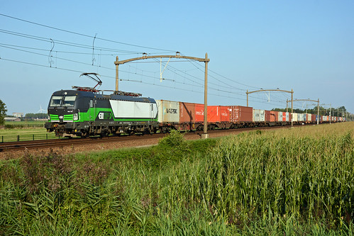 193735 + freight train, Hulten 25 August 2019