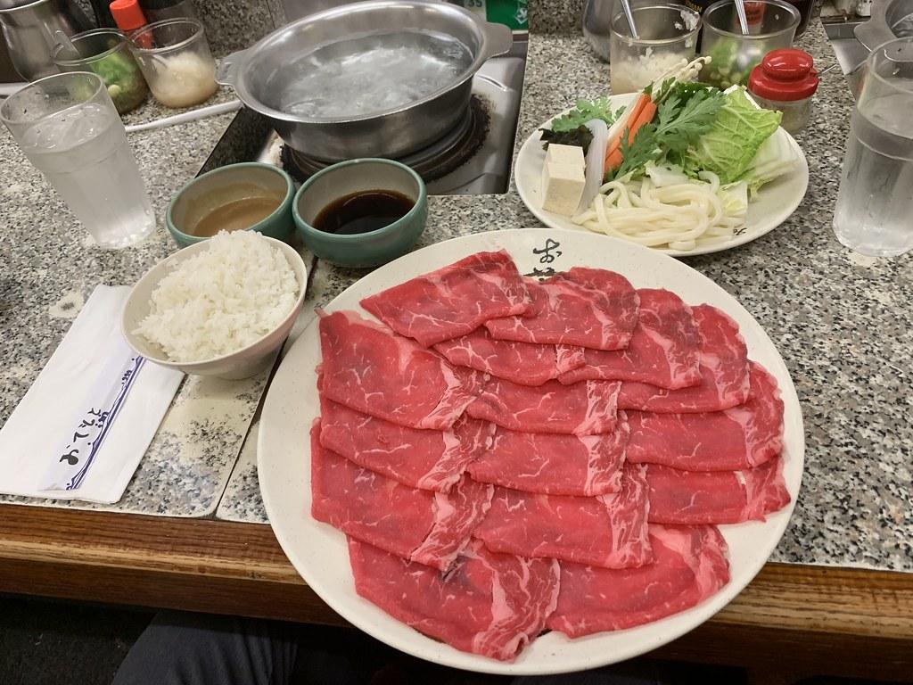 Dünn geschnittenes Fleisch, Beilagen und Reis