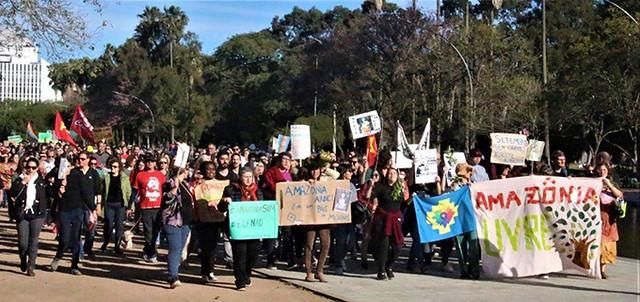 Milhares de pessoas se unem em defesa da Amazônia e contra Bolsonaro em Porto Alegre