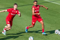 Verteidiger Mitchell Weiser und Fußballkollege Karim Bellarabi beim Ballkampf