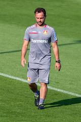 Athletik-Trainer und Fitnesscoach Daniel Jouvin in grauem Trainertrikot, beim Fußballtraining des Bayer 04 Leverkusen