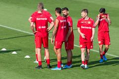 Spieler des Fußballvereins Bayer Leverkusen schwitzen nach dem anstrengenden Training