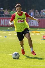 Fußballfans beobachten Abwehrspieler und linken Verteidiger Noah Katterbach beim Fußballtraining am Ball
