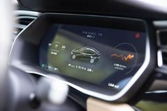 Tesla Model S 90D -Ladeanzeige für das Elektroauto, auf dem Display hinterm Lenkrad