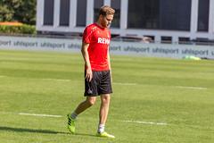 Kölner Abwehrspieler Benno Schmitz läuft beim Training mit gesenktem Kopf über das Fußballfeld