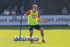Mittelfeldspieler Niklas Hauptmann trainiert mit seiner Mannschaft auf dem Trainingsgelände am Fußball-Clubhaus in Köln