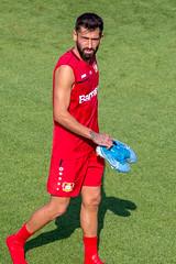Fußballspieler aus dem zentralen Mittelfeld Kerem Demirbay trägt seine Sportschuhe nach dem Training vom Spielfeld