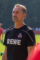 Nahaufnahme des Fußballtrainers Achim Beierlorzer auf dem Fußballfeld