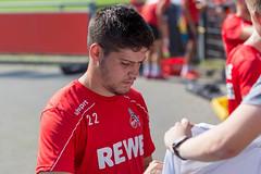 Innenverteidiger Jorge Meré gibt Autogramme und unterschreibt auf Fanartikeln