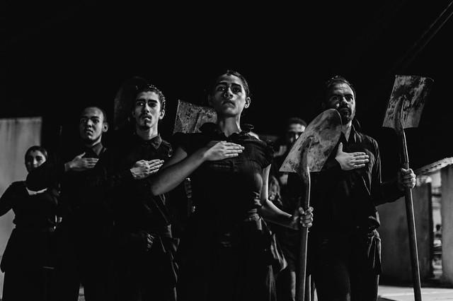 O espetáculo tem uma performance que simboliza a dor da perda e do desaparecimento misturada a relatos de militantes contra a ditadura - Créditos: Rubens Henrique