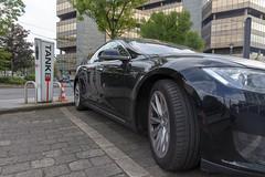 Elektrofahrzeug: Seitenansicht des schwarzen Tesla Model S 90D während dem Ladevorgang an der RheinEnergie TankE Ladesäule