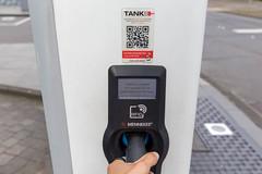 """TankE-Netzwerk für Elektrofahrzeuge: """"Ladekabel verriegelt"""" - Displayanzeige an der RheinEnerie Ladesäule in Köln"""