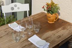 Gedeckter Tisch für zwei im Landhausstil