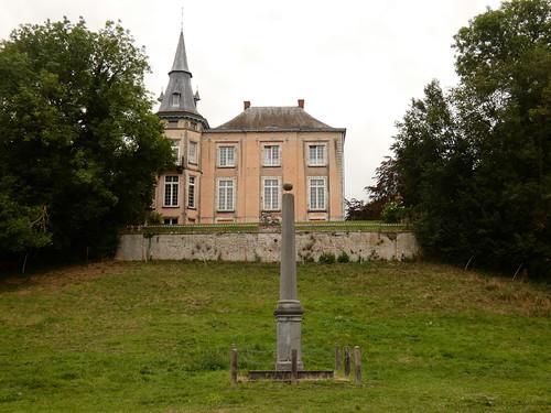 Le château rose et le pilori d'Orp-Jauche