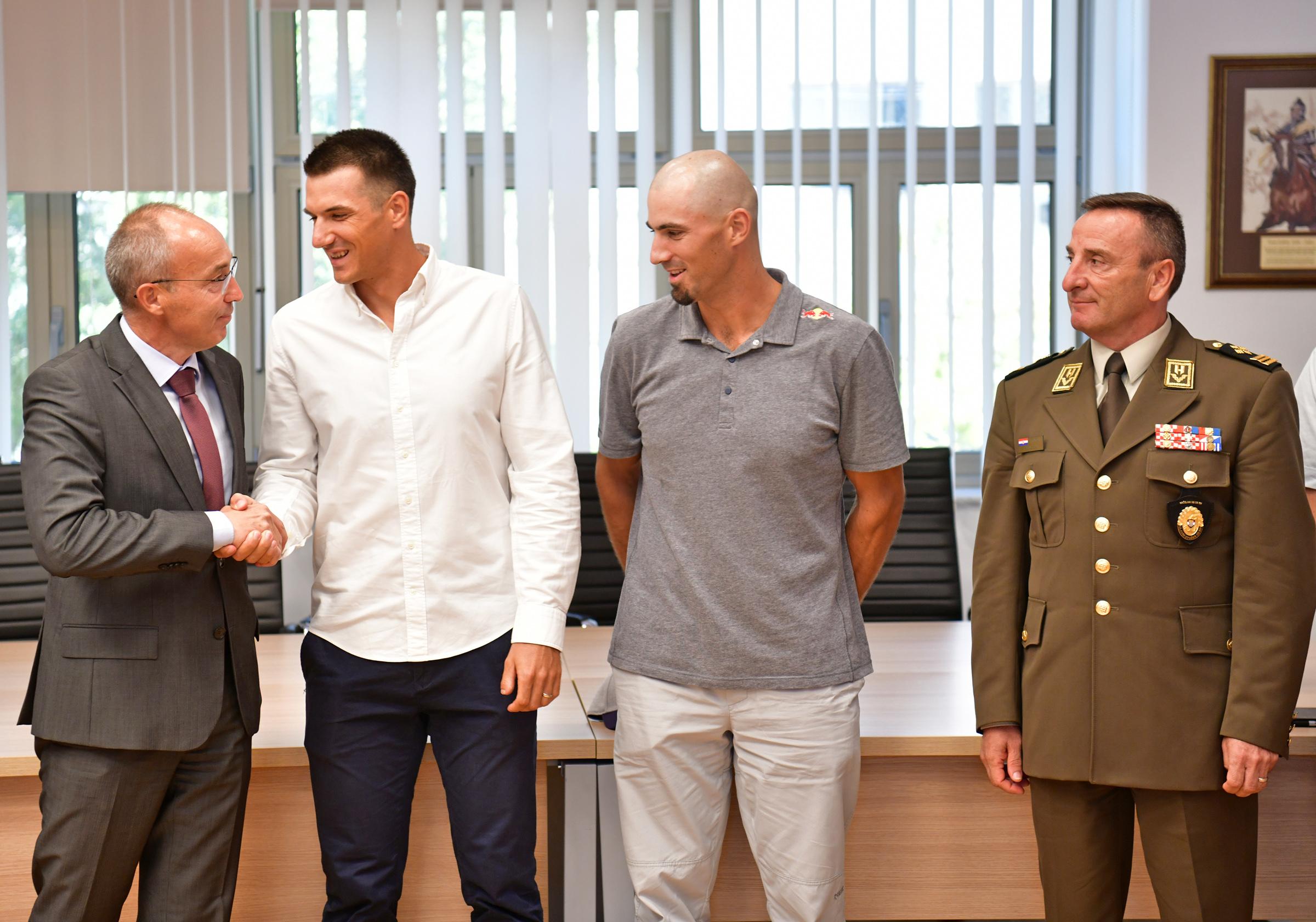 Ministar Krstičević i general Šundov s braćom Sinković
