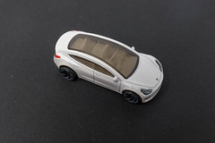 Tesla Model 3 mit Glasdach, als Hot Wheels Spielzeugauto der Spielzeugfirma Mattel