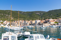 Hafen Komiza auf der Insel Vis in Kroatien