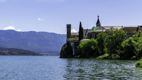 L'Abbaye de Hautecombe sur les bords du Lac du Bourget