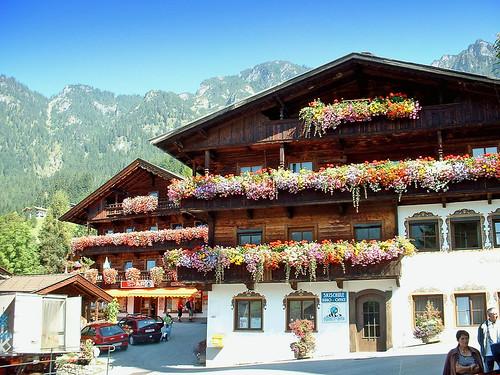 Autriche, les chalets fleuries du village de Fugen