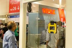 Fensterputzroboter: Roboter reinigt selbstständig eine Fensterscheibe