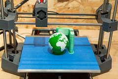 3D-Drucker druckt eine Mauer um den grüne Planeten