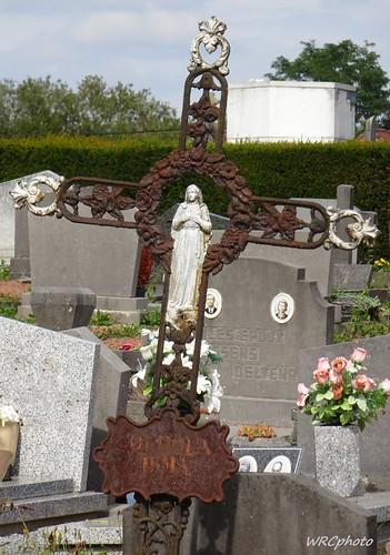 La croix et la Vierge Marie.