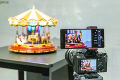 Bildqualitäts- und Farbvergleich: Handkamera und Fotokamera fotografieren Karussell-Spieluhr