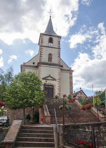 La surplombante église Saints-Simon-et-Jude d'Ottrott