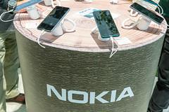 Präsentation neuer Nokia 7.2 Handys mit Naturflair auf einem Holzstamm