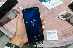 Mann hält das Nokia 7.2 in der Hand und Display zeigt den Ladestatus der Batterie an