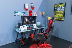 Gamerzimmer: Asus PC ProArt Station D940MX und Gamingstuhl in schwarz-rot