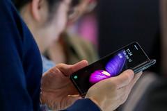 Messebesucher testet das Samsung Galaxy Fold Handy mit 5G-Version und faltbarem Display