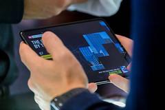 Mann hält das große faltbare Infinity-Flex-Display von Samsung Galaxy Fold 5G in der Hand und testet die Bildschirmqualität des Android-Handys
