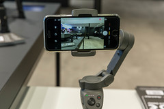DJI Osmo Mobile 3: motorized stabilization while filming videos with smartphone