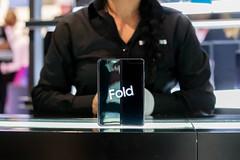 Foldable Device: Samsung Galaxy Fold 5G mit aufgeklapptem Display steht aufrecht auf einem Präsentationstand der IFA-Messe in Berlin