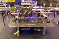 Robotermaschine tippt auf einer Logitech-Tastatur