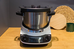 """Multifunctional kitchen machine with cooking function """"Cookit"""" by Bosch"""