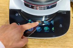Mann benutzt die Touchscreenfunktion des Bosch Cookit Multifunktionskocher