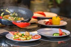 Shrimpteller mit buntem Gemüse, frisch zubereitet von einem professionellem chinesischem Koch