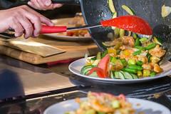 Shrimps-Pfanne: chinesisches Mittagessen mit Garnelen, Lauchzwiebeln, Tomaten und anderem frischen Gemüse