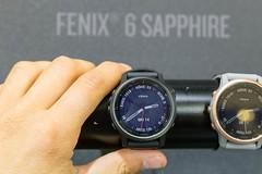 Smartwatch-Display: Männerhand umfasst die Garmin Fenix 6 Sapphire Armbanduhr für Outdoor-Sportler und Athleten