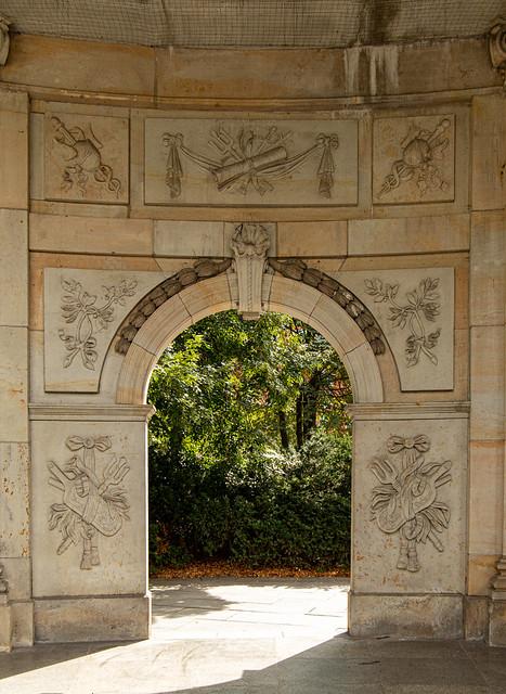 Reliefwand in der Spittelkolonnade