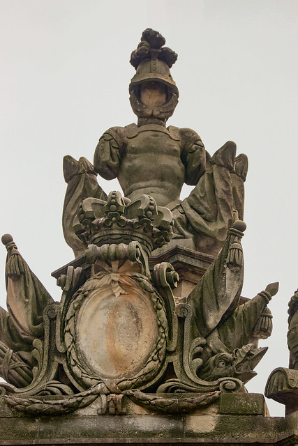 Paradeaufsatz auf dem Mittelpavillon der Spittelkolonnade