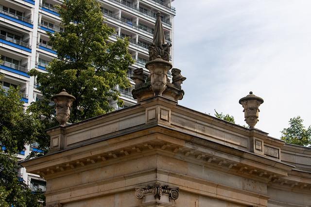 Dachschmuck auf dem Eckpavillon der Spittelkolonnade