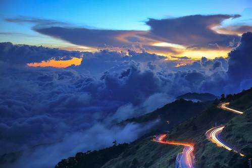 合歡山昆陽的夕色雲海與車軌(Sunset with sea of clouds and cars light trail @ Mt.Hehuan Kunyang)。