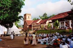 Pielgrzymi na festiwalu w Kandy