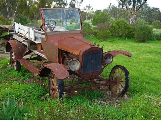 Photo:Callington on the Bremer River. A very rusty old model T Ford in a yard. By denisbin