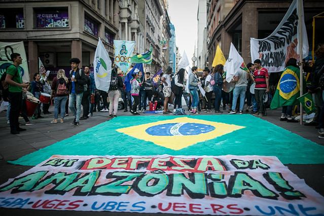 Estudantes contra os cortes na educação e em defesa da Amazônia em Porto Alegre