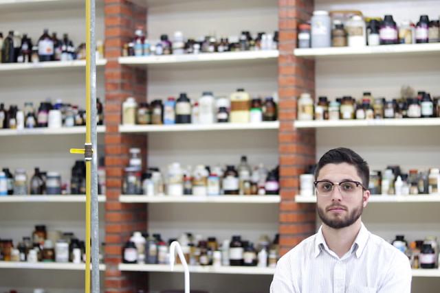 Doutorando do Instituto de Química da USP, Mateus Carneiro é um dos cientistas que esperam pela retomada das bolsas - Créditos: Foto: Pedro Stropasolas