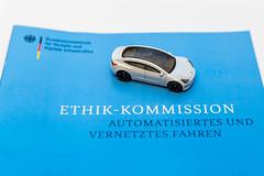 Symbolbild mit Modellauto über den Straßenverkehr der Zukunft: Bericht der Ethik-Komission über automatisiertes und vernetzes Fahren